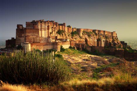 Základy pevnosti byly položeny v roce 1459 na hoře, kde do té doby sídlil pouze jeden poustevník. Při svém nuceném odchodu pronesl kletbu, že se nově vznikající stavbě nebude dostávat vody. Skutečně i dnes pevnost sužuje každé 3–4 roky velké sucho.