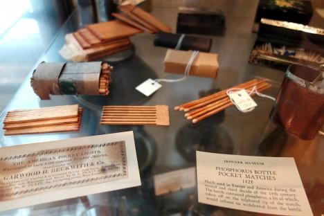 V muzeu v South Hadley v americkém státě Massachusets se nacházejí ukázky různých druhů nejstarších zápalek.