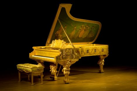 Piano z roku 1903 zdobí na spodní desce malba Amerika přijímá múzy.