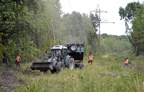 Lesácká technika pod dohledem armády odklízí porost na místě, kudy vede podzemní tunel.