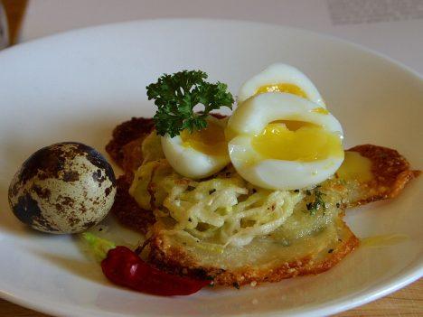 Potato_galettes_with_quail_eggs