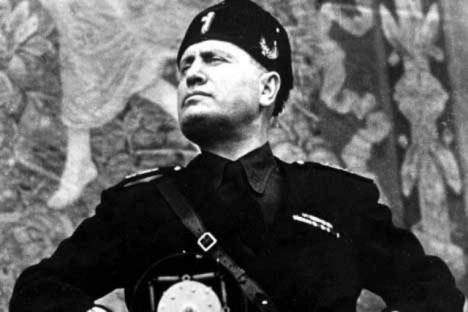 Proti Umbertově vládě protestuje i budoucí fašistický diktátor Benito Mussolini, který je ovšem v dané době ještě mladým zapáleným socialistou.