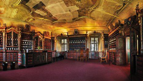 První převor řádu milosrdných bratří Narcis Schön roku 1743 zřizuje ve špitále lékárnu U granátového jablka.