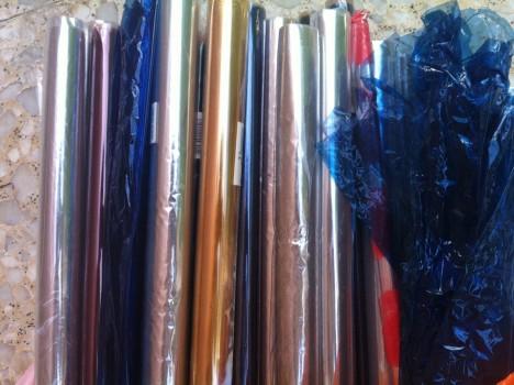 Různobarevné provedení celofánu umožňuje pestré balení rozmanitých předmětů.
