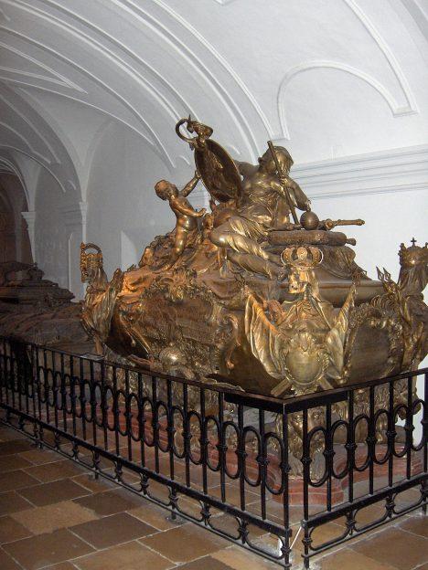 Rozšíření krypty je dokončeno za císaře Karla VI. (1685–1740) v roce 1720. Jeho sarkofág společně vytvářejí sochaři Nikolaus Moll (1676–1754) a Johann Georg Pichler.