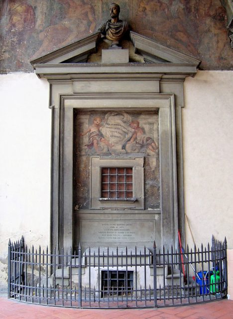 Některé babyboxy v kostelních zdech se dochovaly do dnešních dnů.