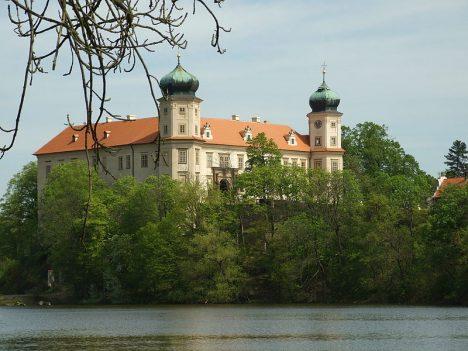 Sídlem rodu Engelů z Engelflussu se stává zámek v Mníšku pod Brdy.
