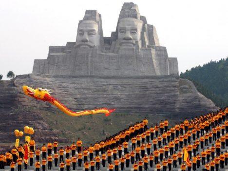 I když byl tento ohromný monument budován vpodstatě nedávno, trvala jeho stavba smoderní technikou celých 20let. Tváře představují dva legendární čínské císaře, kteří měli žít před pěti tisíci roky ajsou považováni za zakladatele čínského národa. Sousoší dosahuje až do výšky 106metrů ařadí se tak na páté místo mezi nejvyššími sochami světa. Císařovo oko je široké 3metry anos dlouhý 8metrů.