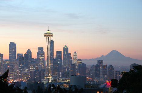 Jones se prohání ulicemi amerického Seattlu.