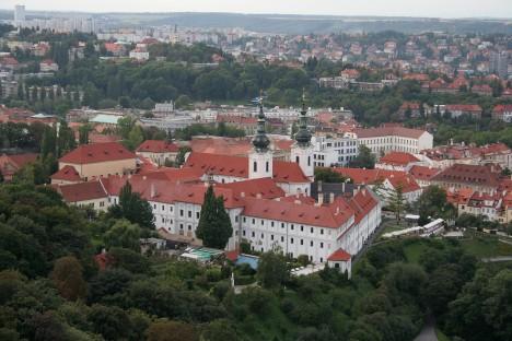 Strahovský klášter na pražském Petřínském vrchu, založený v roce 1143, v sobě skrývá i místnosti plné knih.