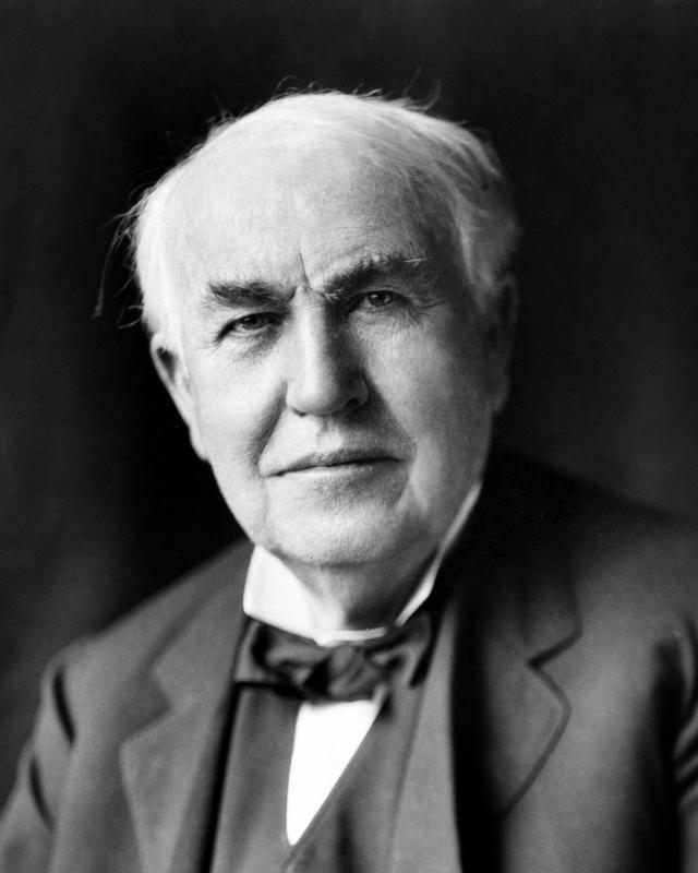 """Tesla vyhrál nad Edisonem ve """"válce proudů""""."""