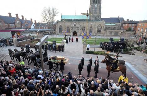 Uložení Richardových ostatků do katedrály v Leicesteru se zúčastnily stovky lidí.