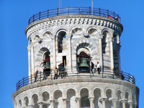 Věž je třetí nejstarší dochovanou stavbou na náměstí Zázraků v Pise.