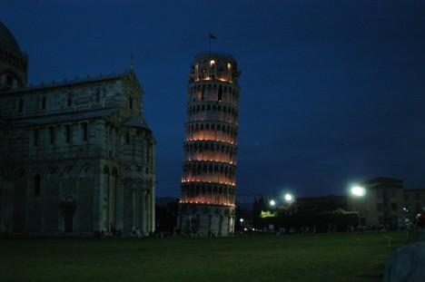 Věž za nočního osvětlení