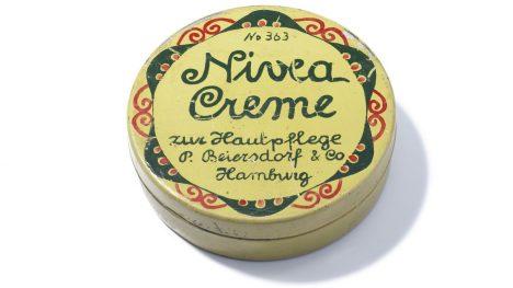 V roce 1911 se na trhu objevuje secesní krabička se žhavou kosmetickou novinkou.