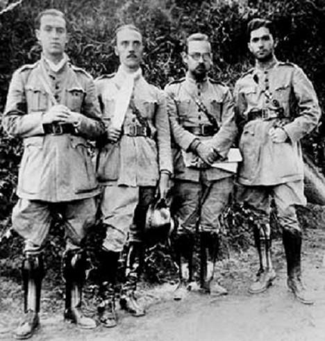 V roce 1932 ještě Kubitschek (první zleva) jako vojenský lékař netuší, že o rok později vymění medicínu za stranický sekretariát.