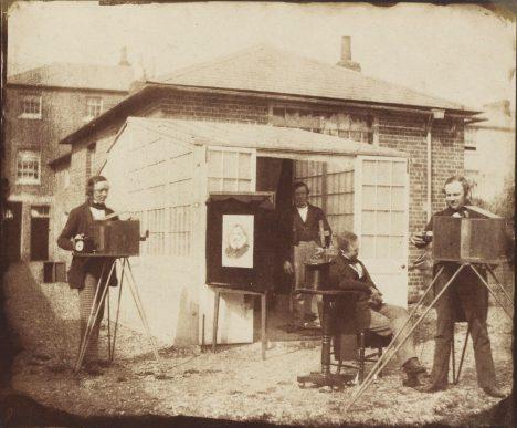 William Fox Talbot (úplně vpravo) předvádí svoje fotografické postupy.