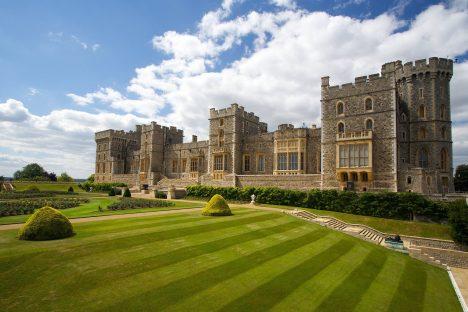 Jde o2.největší doposud obývaný hrad na světě (po Pražském hradu) anejvětší hradní celek ve Velké Británii. Je hlavním sídlem královny AlžbětyII. pro pracovní závazky, ale ipro soukromý pobyt. Velmi významnou částí hradu je kaple sv.Jiří, ve které jsou pochováni někteří angličtí králové.