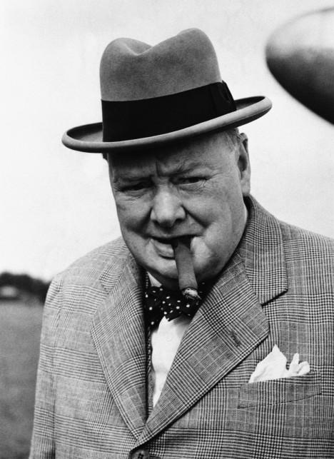 Winston Churchill si nechá vyrobit repliku slavného kamene a chlubí se s ní přátelům.