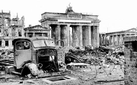 Za druhé světové války je brána těžce poničena. Například tři ze čtyř kamenných koní na vrcholu stavby přijdou o hlavy.