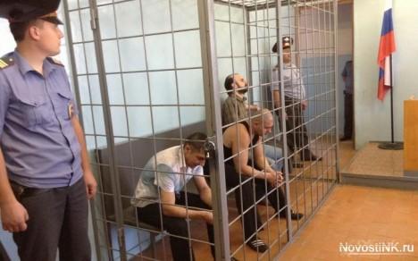 Zbývající členové lupičského gangu před soudem.