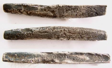 Ze stříbrných tyčí se odsekává vždy stejný kus kovu. Tak vzniká ruská měna.