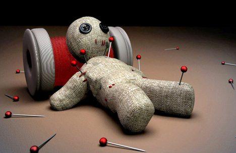 Píchání špendlíků do panenek ve skutečném voodoo spíše neuvidíte.