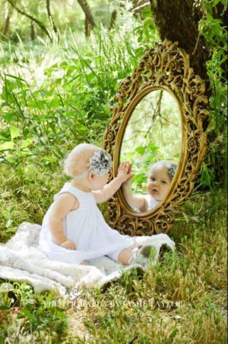 dítě hledící do zrcadla