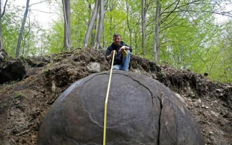 V lese nedaleko města Zavidoviči byla nalezena obrovská kamenná koule s průměrem asi 3,5 metru.