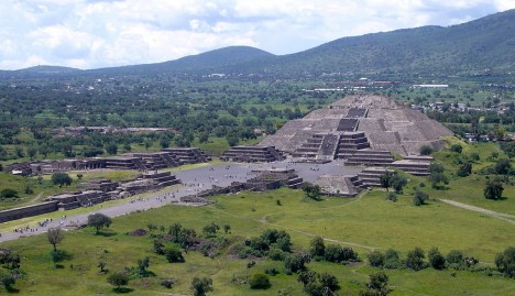 Teotihuacán je skutečně záhadné město. S jeho stavbou začíná neznámý indiánský kmen přibližně 100 let před naším letopočtem a výstavba pokračuje až do 6. století.