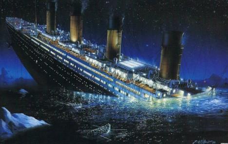 Na Titaniku propuká chaos. Většina záchranných člunů už je dávno pryč a loď se pomalu naklání na stranu. Netrvá dlouho a záď parníku trčí vysoko nad vodami.  Následně popraskají kotvící lana u předního komína, který se kvůli tomu zhroutí k zemi.
