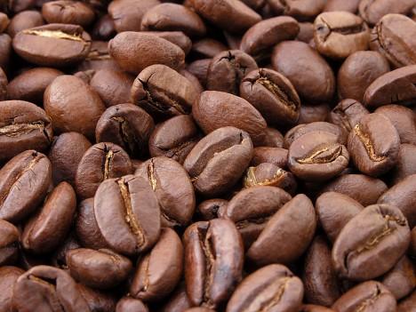 Kávová zrna po upražení.