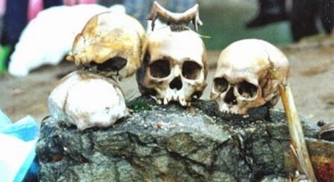 Ohledně původu lidských těl v jezeře Rúp Kund vznikne řada teorií. Jedna z nich tvrdí, že se jedná o pozůstatky armády slavného vojevůdce Zorawara Singha z Kašmíru, která se v Himálaji záhadně ztratila po bitvě o Tibet v roce 1841. Objeví se i tvrzení, že v jezeře spáchali rituální sebevraždu japonští poutníci.