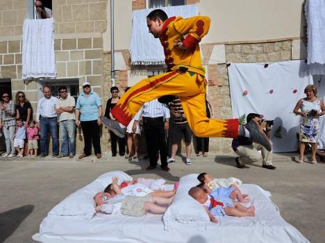 O co jde?: El Salto del Colacho Kde se koná?: Castrillo de Murcia, Španělsko Kdy?: květen