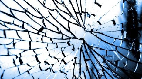 Muž demoloval vše kolem a nakonec jej našli pořezaného pod rozbitým zrcadlem.