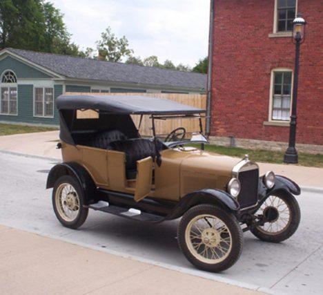 Fordův model T jako levné lidové vozítko slaví obrovské úspěchy.