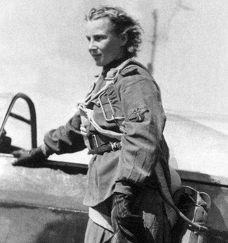V SSSR za 2. světové války však vznikly hned tři čistě ženské letecké pluky – dva bombardovací a jeden stíhací. Mezi pilotkami stíhaček pak zářila hvězda Lýdie Litvjakové. Bohužel však jen krátce. Po dosažení 12 sestřelů se stroj dvaadvacetileté pilotky zřítil u vesnice Dmitrivka. Její ostatky byly identifikovány až v roce 1979, ale okolnosti smrti Litvjakové zůstávají záhadou.