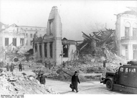 ADN-ZB/Archiv II. Weltkrieg 1939-45 Blick auf das während eines alliierten Luftangriffes zerstörten Reichspropagangaministerium am Wilhelmplatz in Berlin; aufgenommen am 13. März 1945. (Hoffmann) 320-45