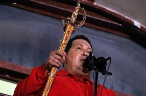 Meč jako symbol využíval Hugo Chávez opakovaně. Údajně i při magických rituálech.