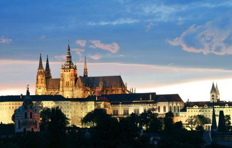 Pražský hrad je podle Guinnessovy knihy rekordů největším hradním celkem na světě. Byl vybudován v9.století přemyslovskými knížaty. Ostroh, na kterém Pražský hrad stojí, byl osídlen už vneolitické době. Býval sídlem českých knížat, později králů aod roku1918 je sídlem prezidenta republiky.