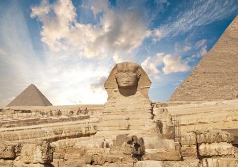 Monument vytesaný zvápencového podloží je vůbec největší sochou vytvořenou zjednoho kusu kamene. Sfinga je 74m dlouhá, 19m široká a21m vysoká a možná je starší, než jsme si doposud mysleli. Někteří vědci totiž upozorňují, že socha nese stopy poškození záplavami. Ty ale vtéto oblasti byly před více než 10tisíci lety. Původně měla zelené oči, červenou tvář ahřívu zmodrých azlatých proužků.
