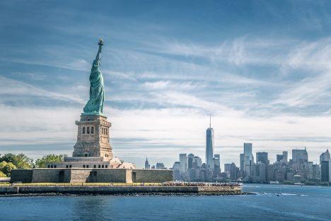 I když Francouzi měli sochu hotovou už v roce 1884, trvalo ještě 2 roky, než se objevila na svém místě. Proč? Američané měli zaplatit stavbu podstavce, ale nijak nespěchali se sháněním peněz. Prvním kusem sochy, která byla představena veřejnosti, byla ruka s pochodní vystavená na Světové výstavě ve Filadelfii v roce 1876. Z Francie do USA putovala 205 tun těžká socha lodí. Byla rozmontována a uložena do 214 beden.