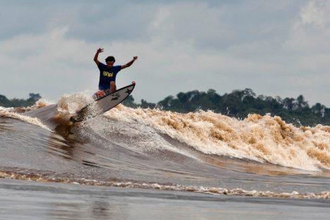 Zapálení surfaři tuto děsivou zeď vody pokořují.