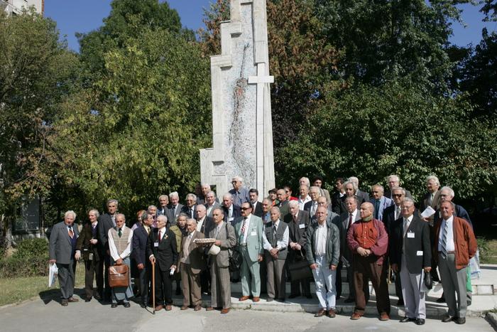 """Supravietuitori ai """" Experimentului Piteşti"""", în faţa monumentului memorial. (Florin Eşanu/Epoch Times)"""