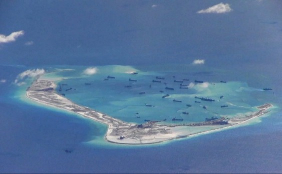 Nave ale Chinei lângă Reciful Mischief Reef, arhipeleagul Spratly Islands Marea de Sud a Chinei.  (US Navy)