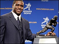 Reggie Bush wins the Heisman Trophy