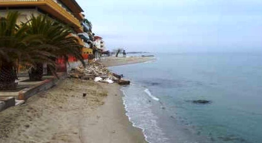 Διάβρωση ακτών Παραλίας – Ξεκινούν οι παρεμβάσεις, υπογράφτηκε η σύμβαση