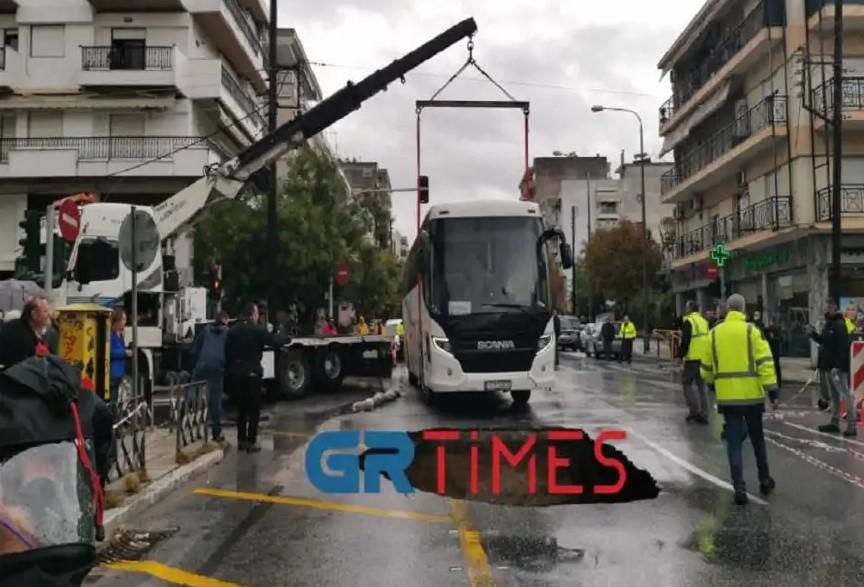 Δείτε φωτογραφίες από την τεράστια τρύπα που «κατάπιε» λεωφορείο στη Θεσσαλονίκη
