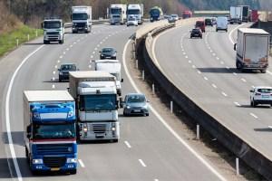 Lastwagen auf der Autobahn. Transport auf der Straße für Güter.