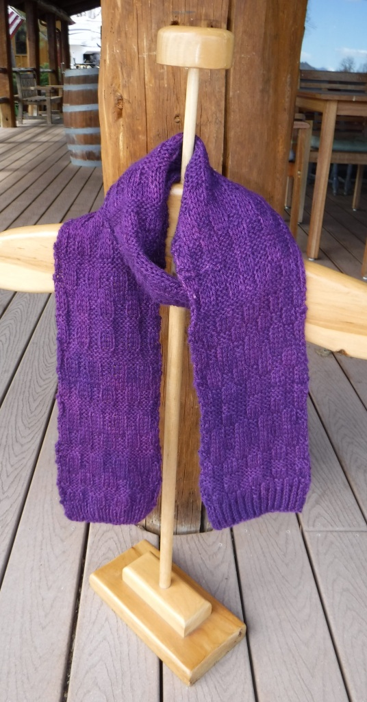 New alpaca yarn arrived from the mill in Kansas. Renate dyed a few skeins and knitted the scarf.